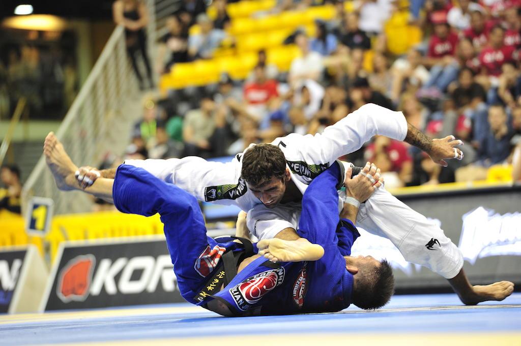 Leandro Lo contra Michael Langhi, no Mundial 2013. Foto: Dan Rod/GRACIEMAG