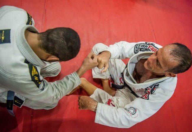 Jiu-Jitsu: Finalize da guarda fechada com o estrangulamento do GMI Luiz Dias