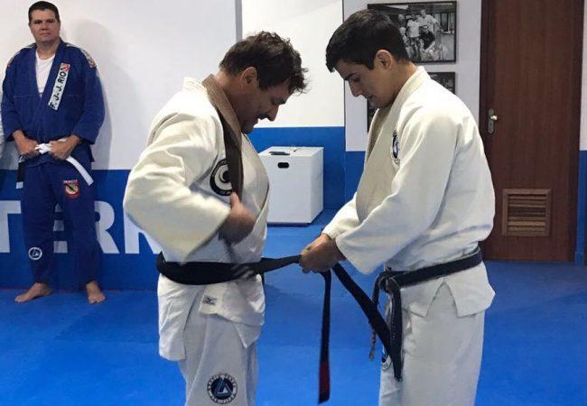 Fera do surfe, Eraldo Gueiros recebe a faixa-preta de Jiu-Jitsu do GMI Vitor Terra