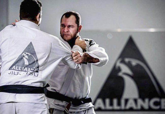 Uma raspagem da guarda laçada eficaz, com o GMI Robson Alencar