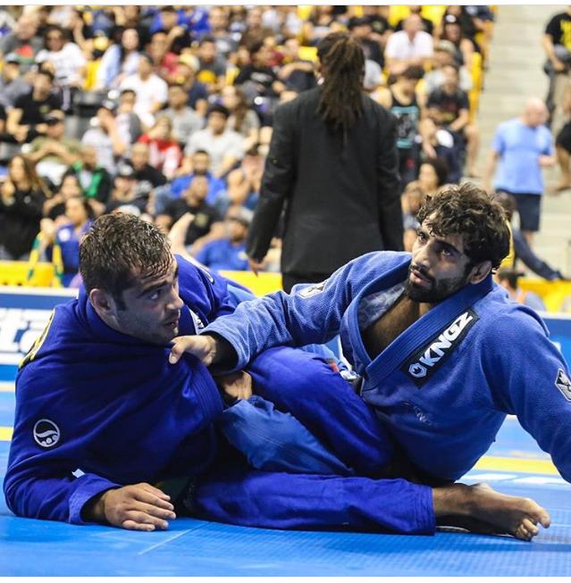 Leandro Lo decifrou a guarda de Luiz Panza na semifinal do absoluto. Fotos: Beatriz Lina/GRACIEMAG