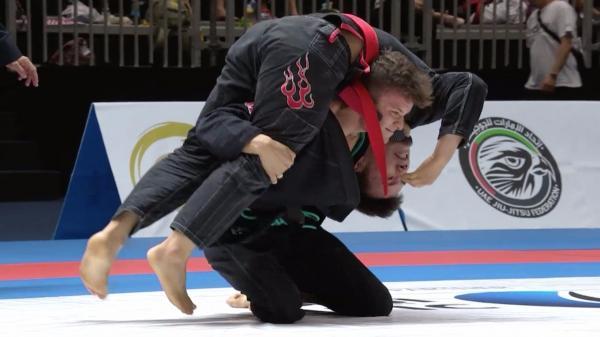 Aprenda o estrangulamento rodado que sacudiu o Grand Slam de Tóquio