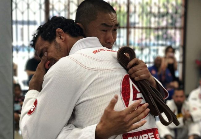 "Romulo Barral explica choro ao graduar ""anjo da guarda"" a faixa-preta de Jiu-Jitsu"