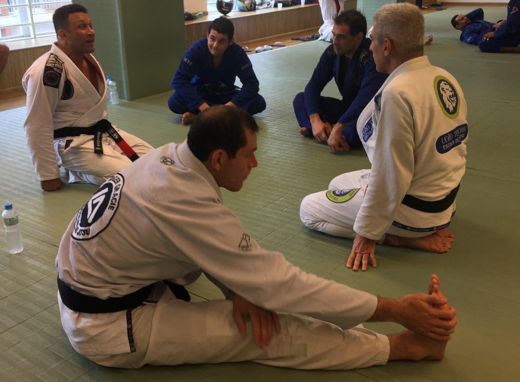 Roger Gracie alonga após treino. Renzo, Leão Teixeira, Léo Leite e Rayron conversam.
