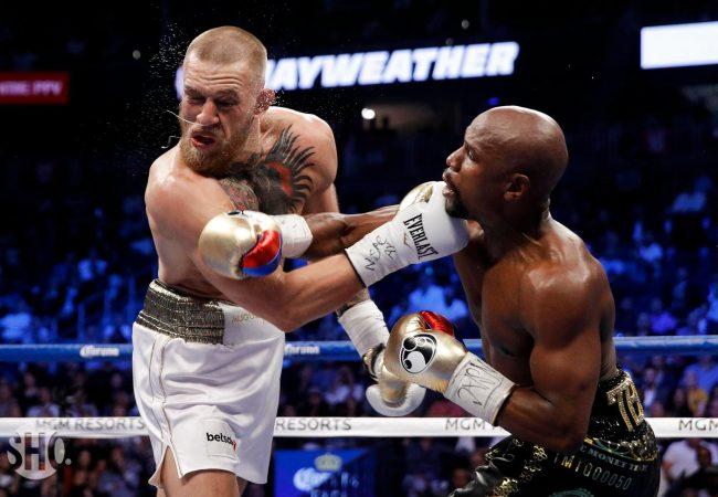 """Floyd Mayweather administra e vence Conor McGregor no 10° round da """"Luta dos Milhões"""""""