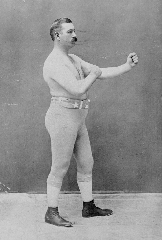 """O peso pesado John Sullivan, o """"Boston Strong Boy"""", lutava sem luvas, mas já com um nome de guerra."""