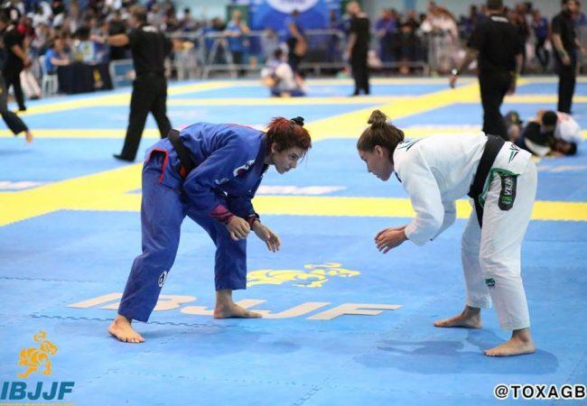 Vídeo: Cláudia do Val e seu mata-leão absoluto no Vitória Open de Jiu-Jitsu