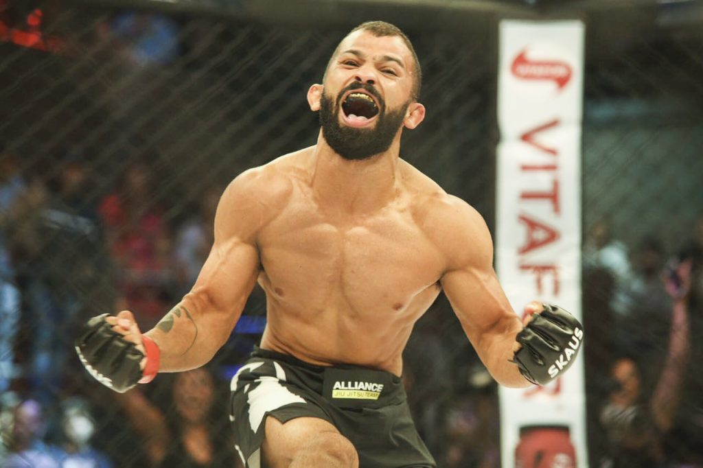 Bruno Malfacine fez sua estreia no MMA no Shooto, no Rio, com uma vitória no armlock no R1. Foto: Eduardo Ferreira/ Gallerr