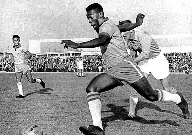 Pelé em campo na Suécia, no ano de 1960. Foto: Wikipedia