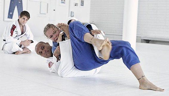 Do baú: a queda de Ronda Rousey e a guarda de BJ Penn no treino de Jiu-Jitsu