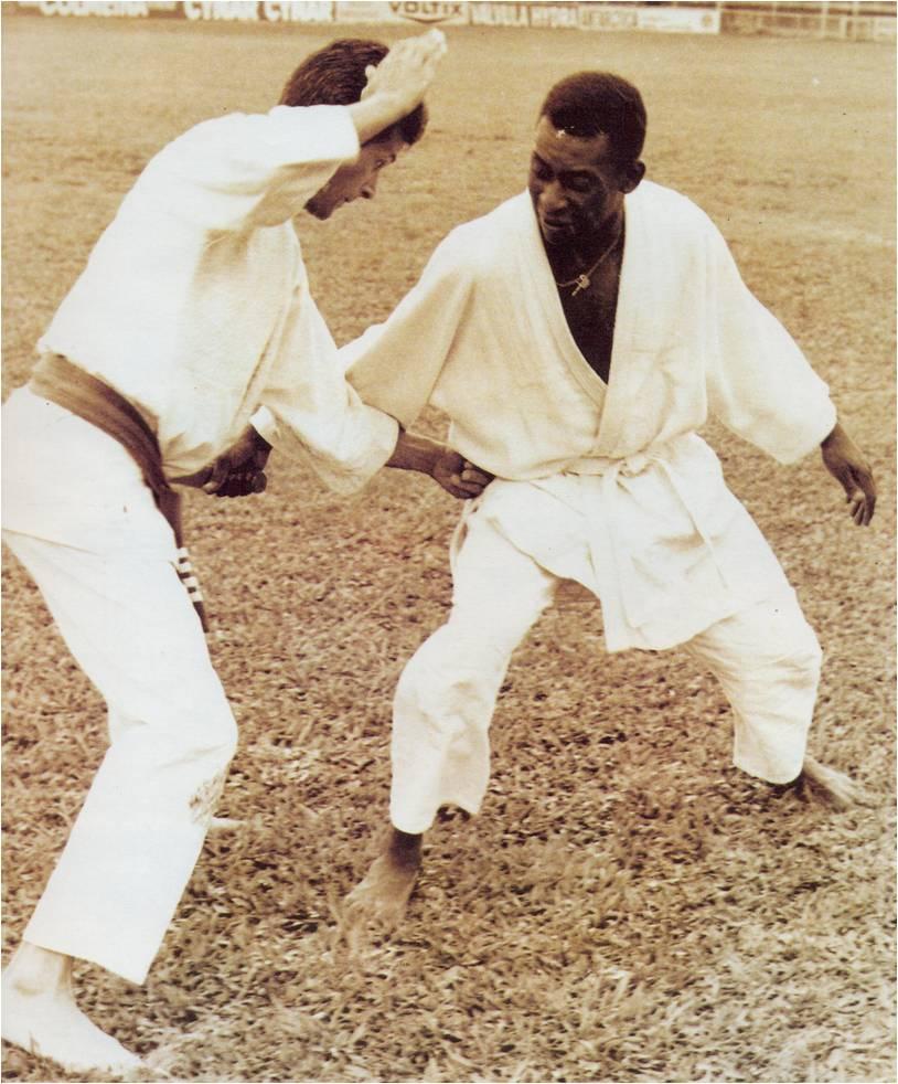 Pelé treinou judô e karatê quando jovem, artes que o ajudaram a não ser derrubados nos gramados. Foto: José Herrera/ Divulgação