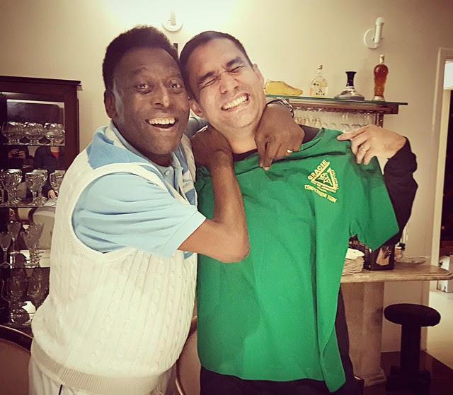 Pelé testa um golpe com seu amigo e professor de Jiu-Jitsu Ronaldo Aoqui. Foto: Divulgação
