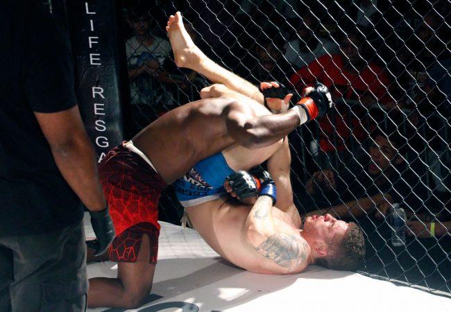Espectador sai da arquibancada, assume luta principal e é salvo pelo Jiu-Jitsu