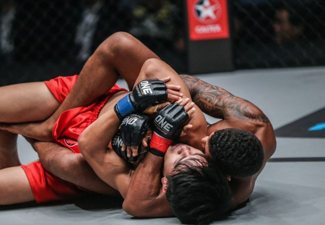 """Adriano Moraes finaliza, defende cinturão do One FC e diz: """"Jiu-Jitsu é primordial no MMA"""""""