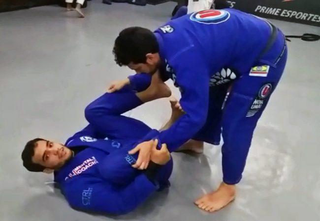 Marcio André ensina raspagem da guarda-aranha com passagem no Jiu-Jitsu
