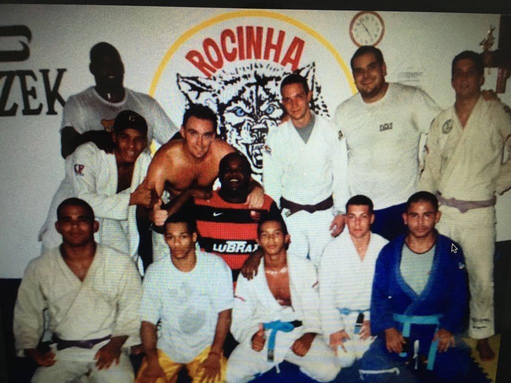 Tatá Duarte e seus alunos e companheiros de equipe da Rocinha Jiu-Jitsu, em foto das antigas.