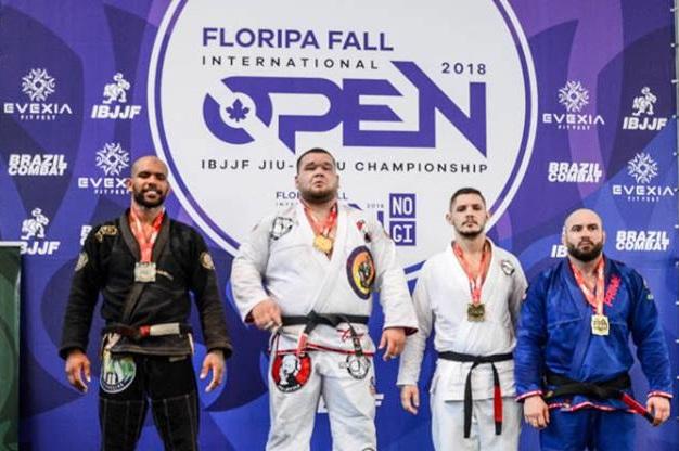 Vídeo: Otávio Nalati vence Erberth Santos por ouro no Floripa Open de Jiu-Jitsu