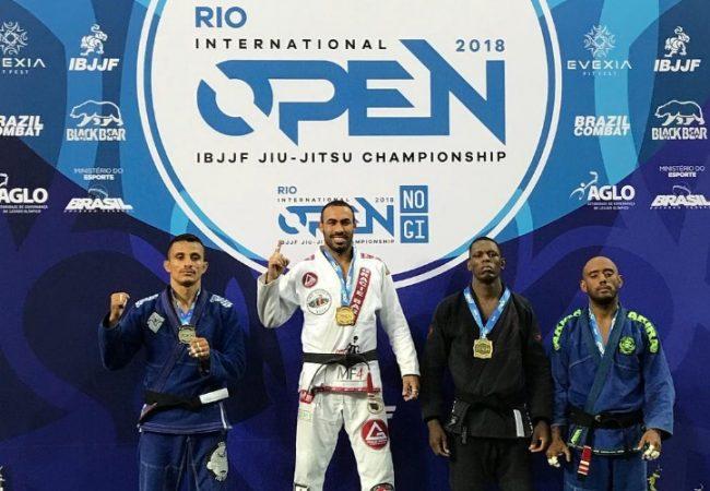 Ataque na omoplata e gire para pegar, com Guilherme Iunes no Rio Open de Jiu-Jitsu