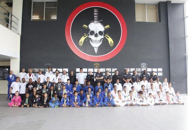 Treinados por policiais, mais de 100 jovens de comunidades do Rio viajam para o Brasileiro de Jiu-Jitsu