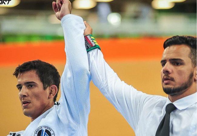 Jiu-Jitsu: O estrangulamento arco e flecha de Vitor Terra no Sul Fluminense da FJJ-Rio
