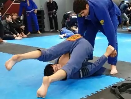 See what Paulo Miyao does to warm up his guard for a BJJ match