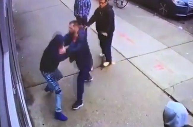 Vídeo: Atleta do UFC é atacado na rua e usa defesa pessoal a seu favor