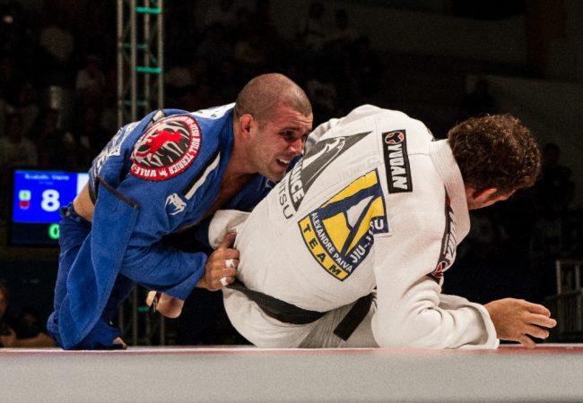 Vídeo: Relembre o berimbolo com estrangulamento de Rodolfo Vieira no Jiu-Jitsu
