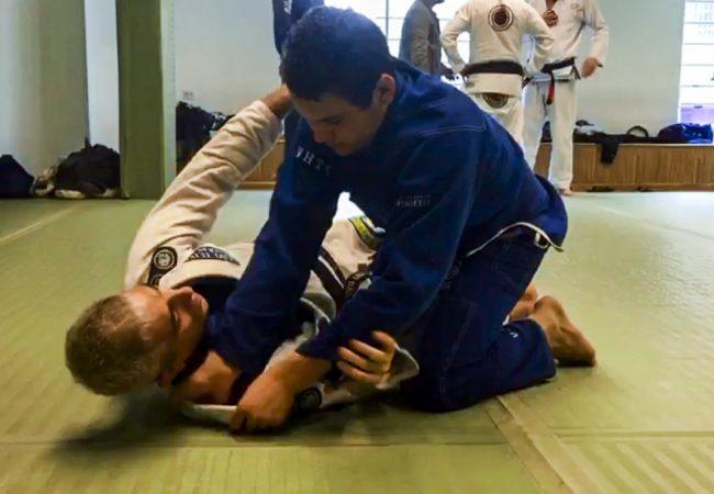 Mestre Leão Teixeira passa detalhes de estrangulamento com Rayron Gracie no Jiu-Jitsu
