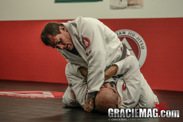 Roger Gracie — a detail to avoid losing the cross-choke