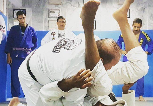 A dica de Paulo Peposo para a passagem de guarda emborcando no Jiu-Jitsu