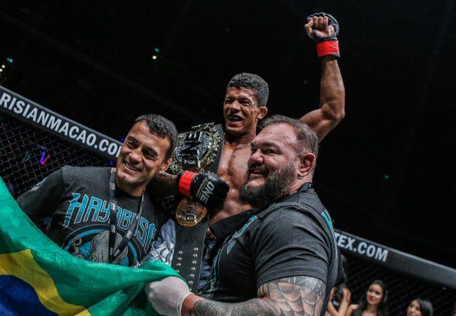 """Adriano Moraes conquista cinturão no One Championship: """"Com o Jiu-Jitsu você chega longe"""""""