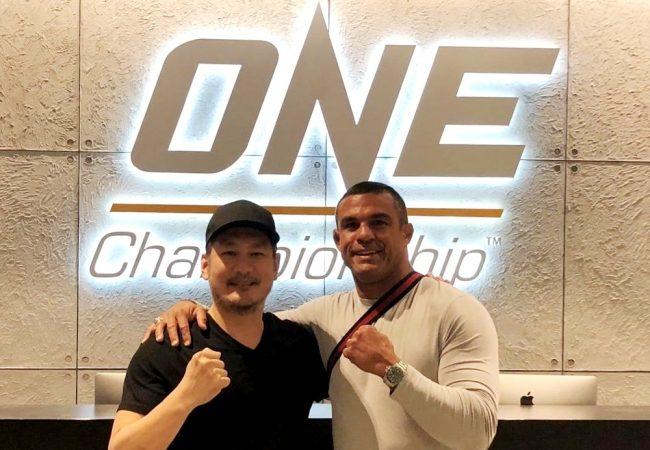 Vitor Belfort visita o One Championship e flerta com retorno ao MMA