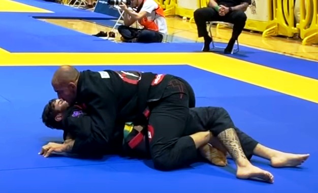 Roberto Cyborg's kata-gatame pressure from the mount