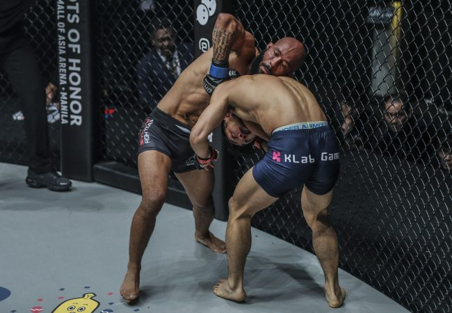 Vídeo: Demetrious Johnson e Shinya Aoki finalizam; Eddie Alvarez é nocauteado no One