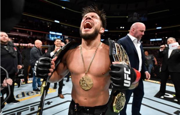 Henry Cejudo vence Marlon Moraes e fatura segundo cinturão no UFC 238