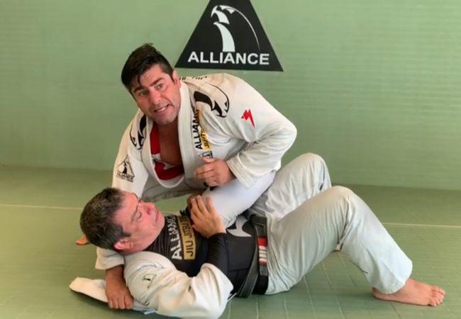 Vídeo: Professor Felipe Neto ensina 2 ataques do joelho na barriga usando a lapela