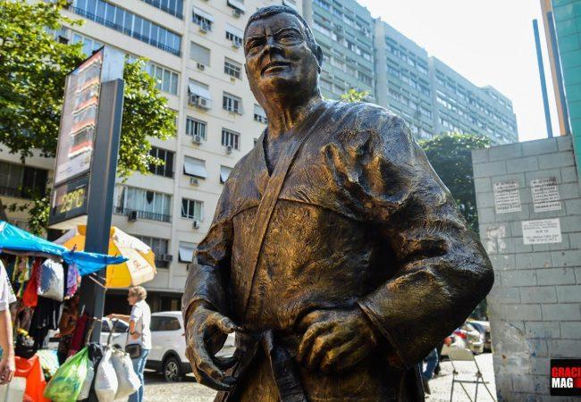Uma estátua para mestre Carlson Gracie em Copacabana