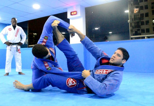 Vídeo: Neiman Gracie ensina ataques da guarda-aranha, one leg e guarda-x