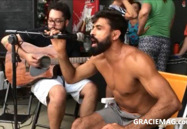 "Vídeo: Professor Mario Reis canta ""O Rap do Jiu-Jitsu"""