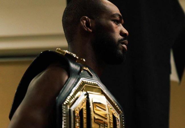 Jones Jones vence luta apertada e defende cinturão no UFC 247