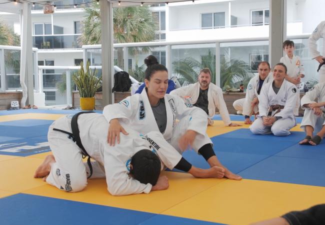 Vídeo: Kyra ensina detalhe de Rickson Gracie para finalizar na omoplata