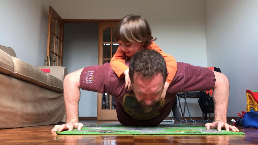 Exercícios em casa, com a família junto. Foto: GRACIEMAG