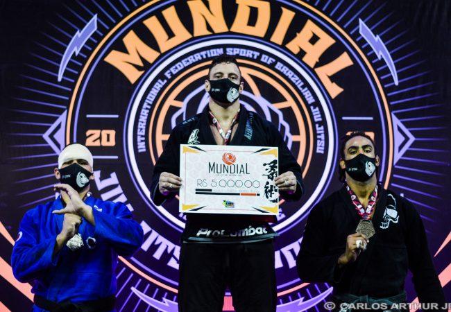Wallace Costa fatura absoluto e 5 mil reais no campeonato mundial da CBJJE