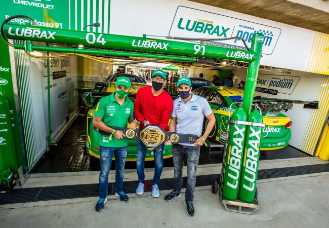 Charles do Bronxs visita Felipe Massa e Julio Campos para ação solidária na Stock Car