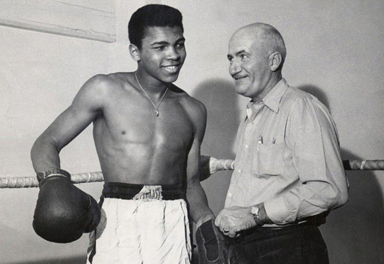 Cassius Clay, depois Muhammad Ali, com seu treinador Joe Martin, no ano de 1960, quando venceu seu ouro olímpico em Roma